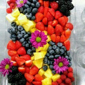 Плато свежи плодове ягоди, ананас, малини, капини, боровинки 1кг. цена 40,00лв.